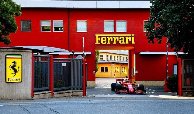 Leclerc rueda por las calles Maranello con el SF1000